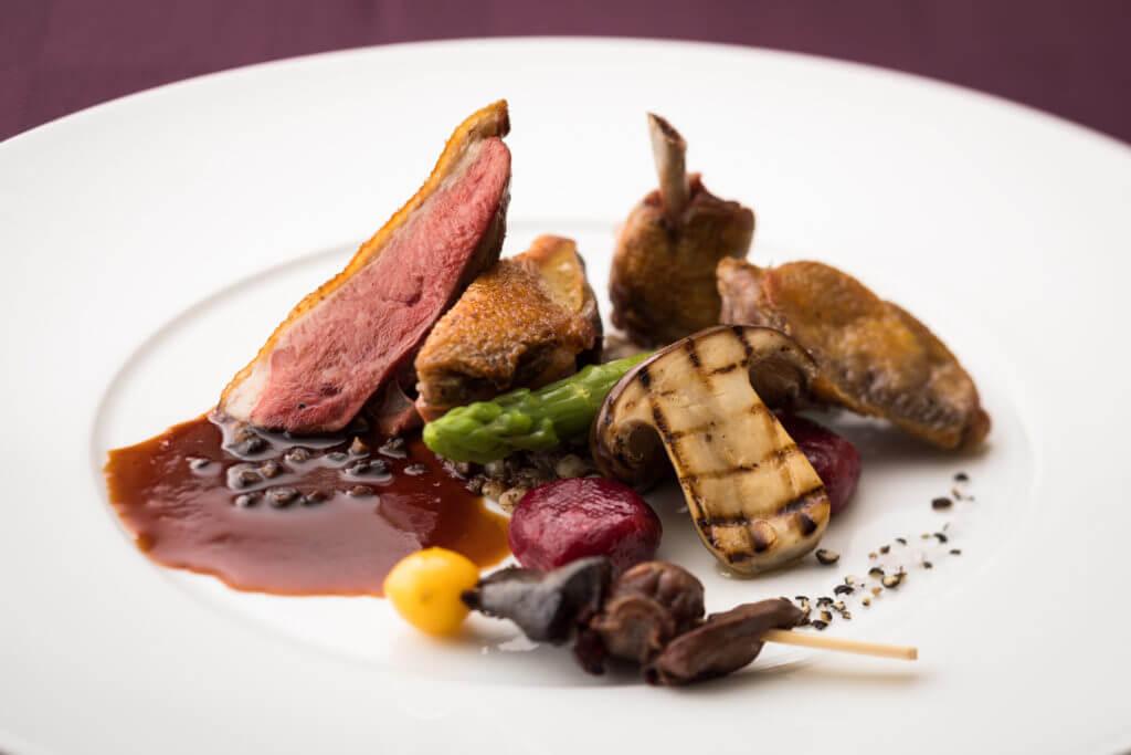 フランストゥーレーヌ産仔鳩のロティ赤ワインソース