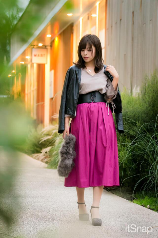 ピンクパープルのハイウェストスカートでスタイルアップ効果も♡