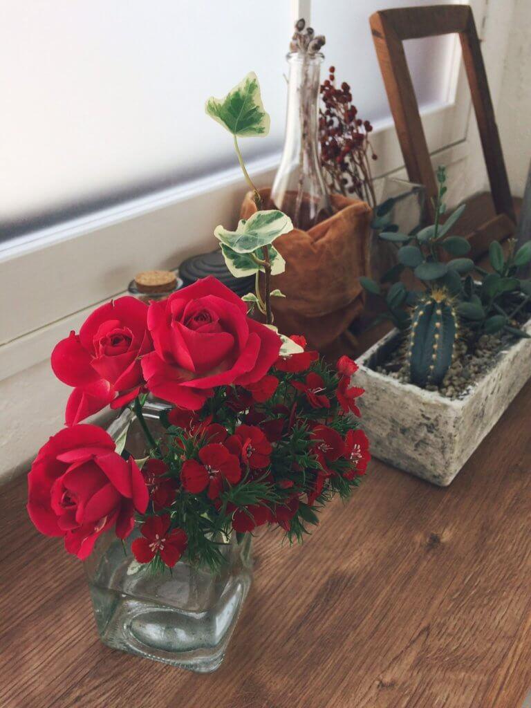 林まきちゃんが実際にスマホで撮影した写真がこちら。まっ赤なバラとダイアンサスの組み合わせは、Instagramでも目を引きそう♡