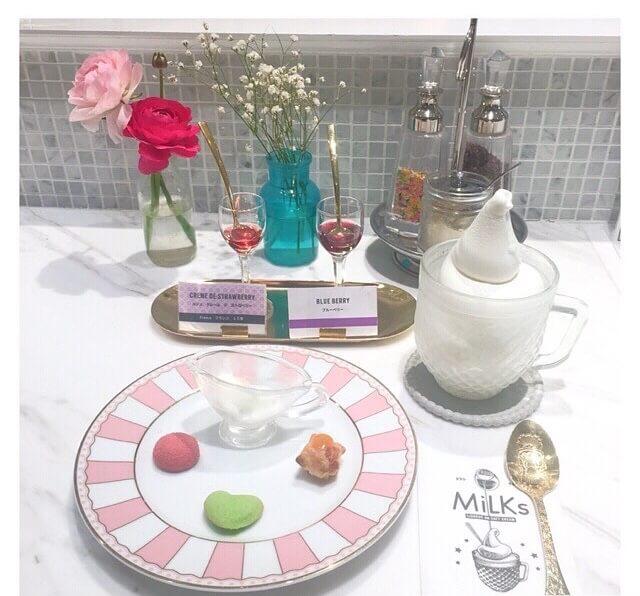 「ミルクスハウス」1680円(税別) ソフトクリーム、リキュール2種、プティ・フール3種、濃厚ヨーグルト、トッピング、コーヒーまたは紅茶のセット