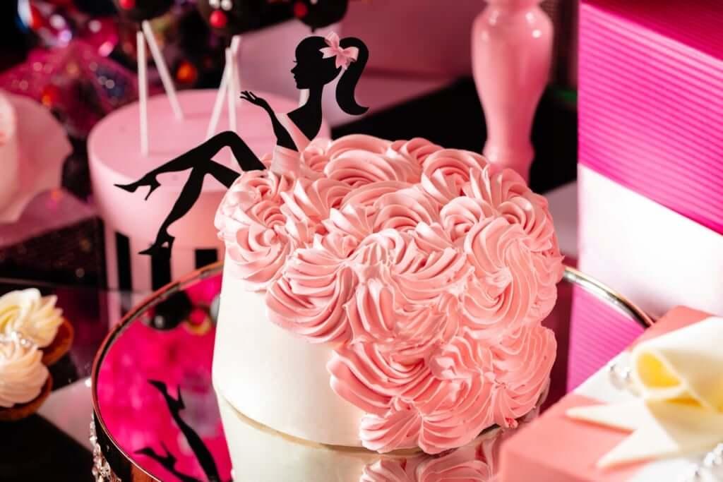 「ロマンティックな花嫁のように ピンクドレスのストロベリーシフォンケーキ」
