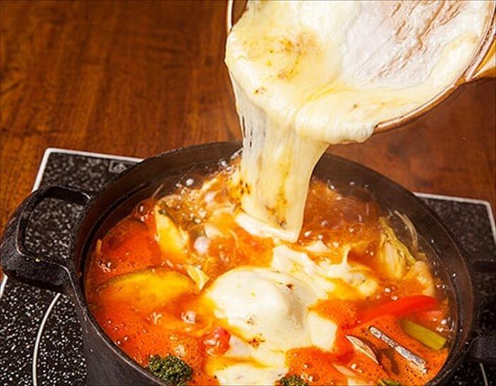 「厚切りベーコンとトマトのラクレットチーズ鍋」1人前1,780円(税別)