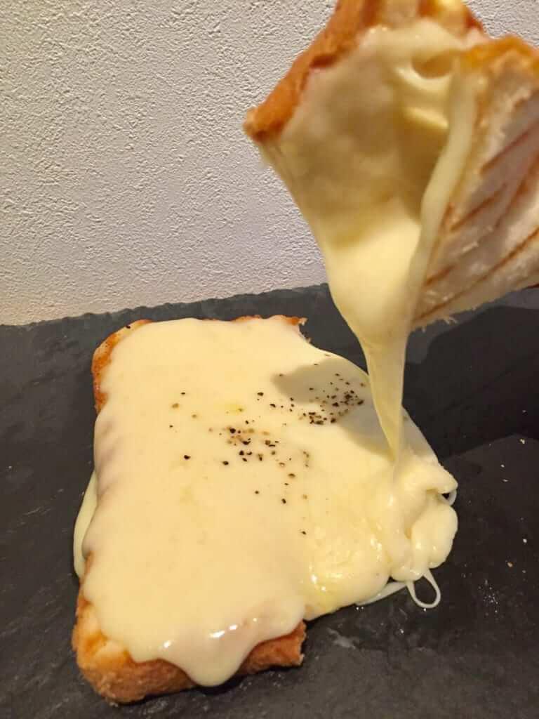 「100%モッツアレラチーズトースト」400円(税込)~
