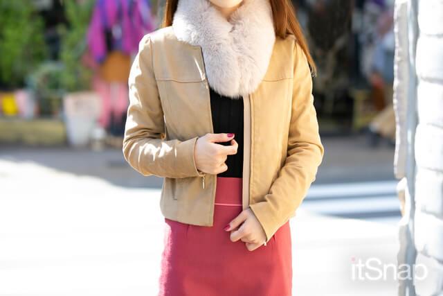 スエードジャケット 約¥17,000 / PROPORTION BODY DRESSING、ニットトップス 約¥3,000 / UNIQLO、バックリボンタイトスカート 約¥15,000 / PROPORTION BODY DRESSING