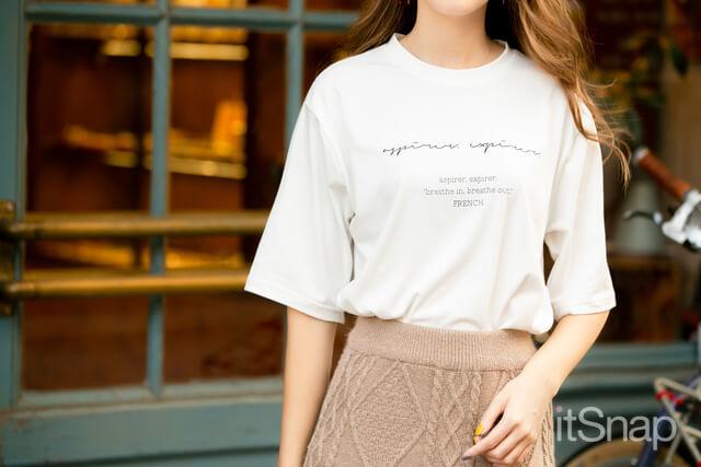 ロゴTシャツ 約¥2,400 / DHOLIC ,ケーブル編みニットロングスカート 約¥3,000 / fifth