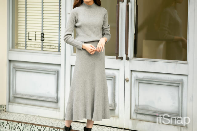 タートルニットトップス 約¥5,000 / Mila Owen ,ニットロングスカート 約¥5,000 / Mila Owen