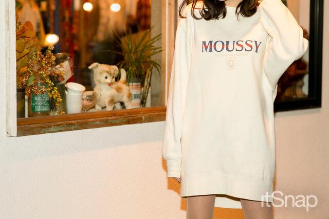 オーバーサイズロゴスウェットトップス 約¥7,000 / MOUSSY