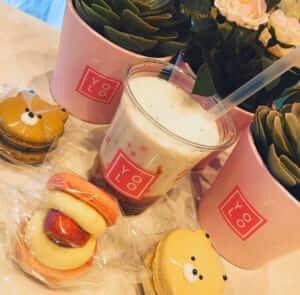 YOLO TOKYO Cafe&Desserts(ヨロカフェトーキョーカフェアンドデザート)のいちごラテとマカロン