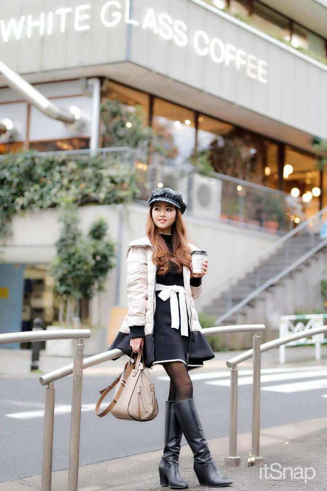 ホワイト グラス コーヒー(WHITE GLASS COFFEE)の前に立つ弁護士秘書 畑紗彩サン・30歳