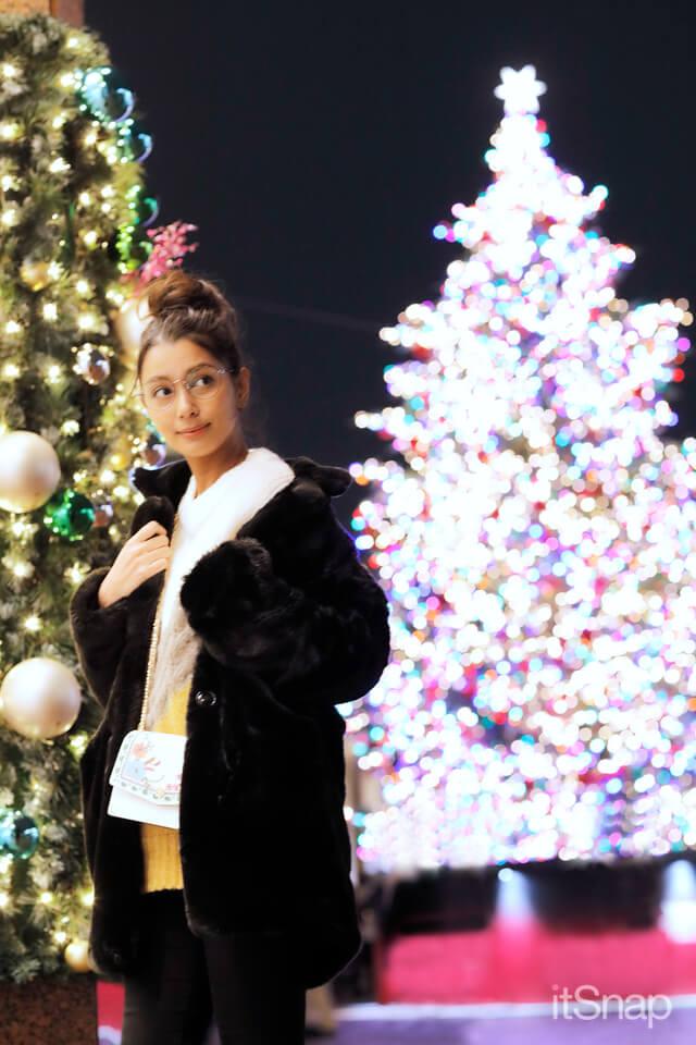 加治まやが恵比寿ガーデンプレイスのクリスマスイルミネーションのツリーの前で