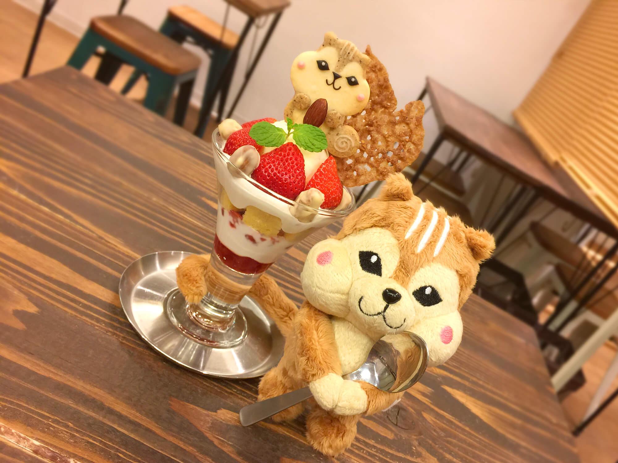 henteco(へんてこ)~森の洋菓子店いちごショートパフェ(季節限定)/¥650円(税抜き)&りすクッキー/¥400円(税抜き)&りすのすいぐるみ/¥2,300(税抜き)