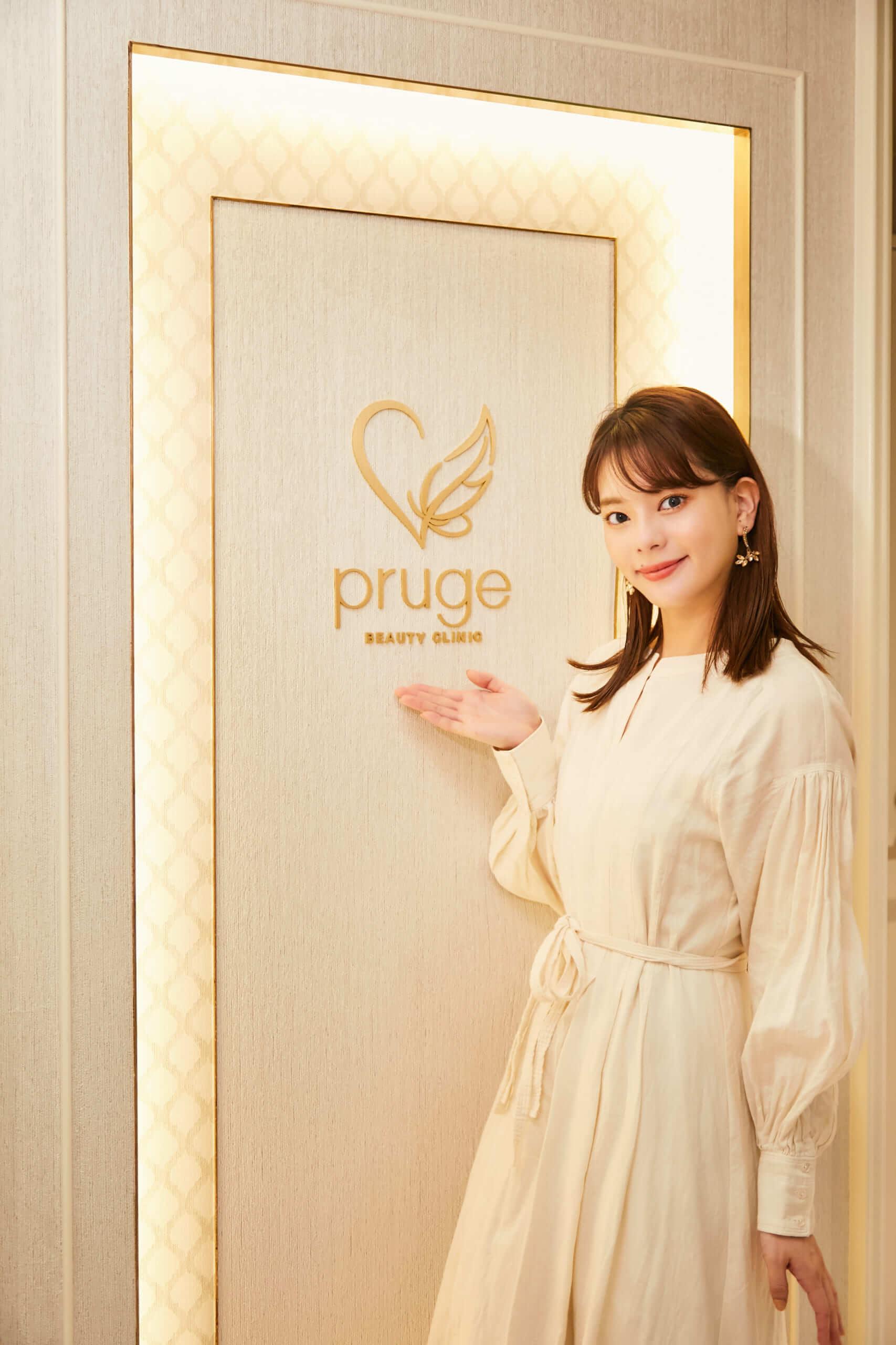 プルージュ美容クリニックの入り口のロゴと小濱庸子サン