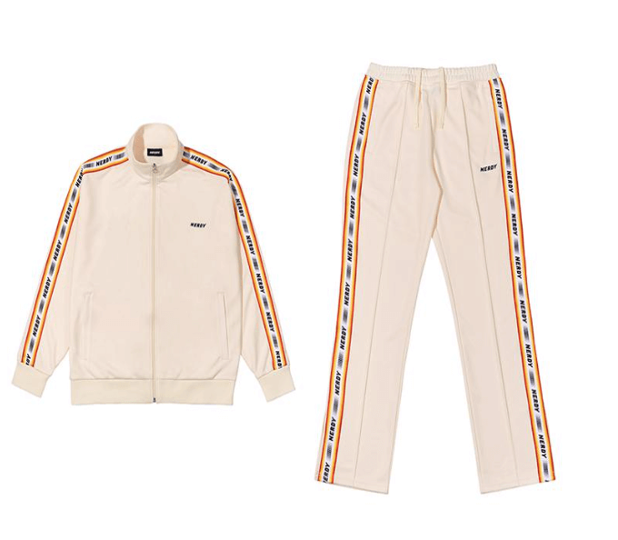 左からLogo Tape Track Top Cream/¥11,330(税込み)、Logo Tape Track Pants Cream/¥10,010(税込み)