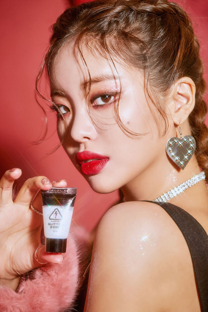 韓国コスメ「lilybyred(リリーバイレッド)」のグリッターゾーンTHUNDERの使用イメージカット