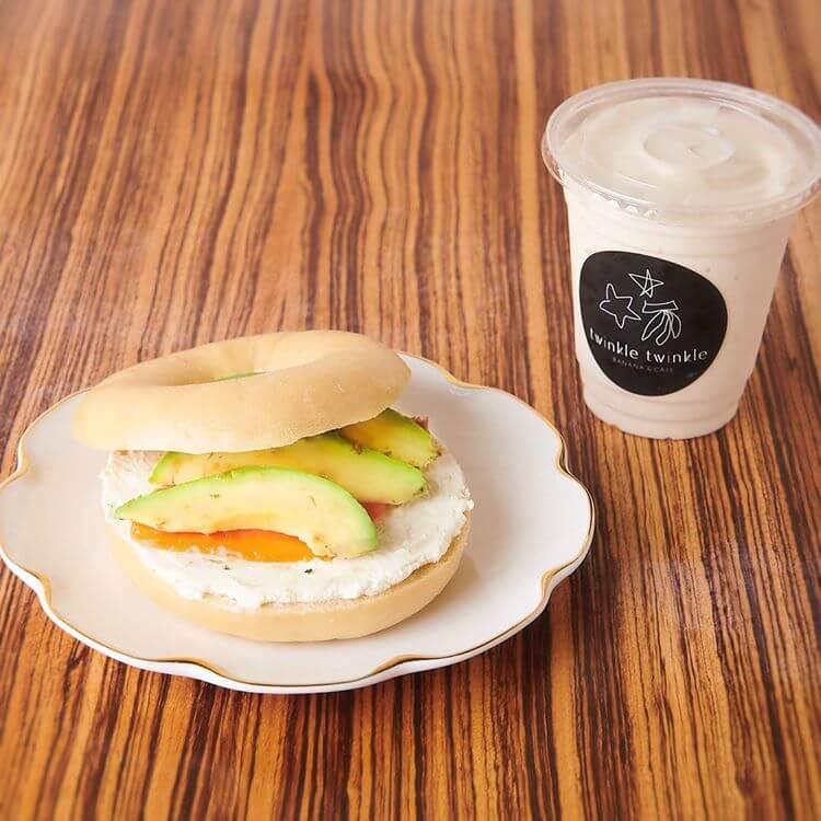 twinkle twinkle -BANANA&CAFE-のベーグルサンド アボカド&サーモン/¥1000 、セットバナナスムージーM/¥400(ともに税抜き)