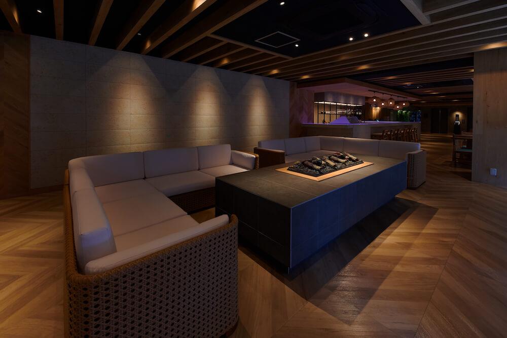 THIRD石垣島のカフェバーラウンジのソファ