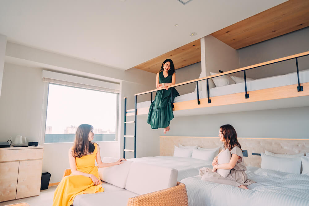 THIRD石垣島の部屋でくつろぐ女性三人