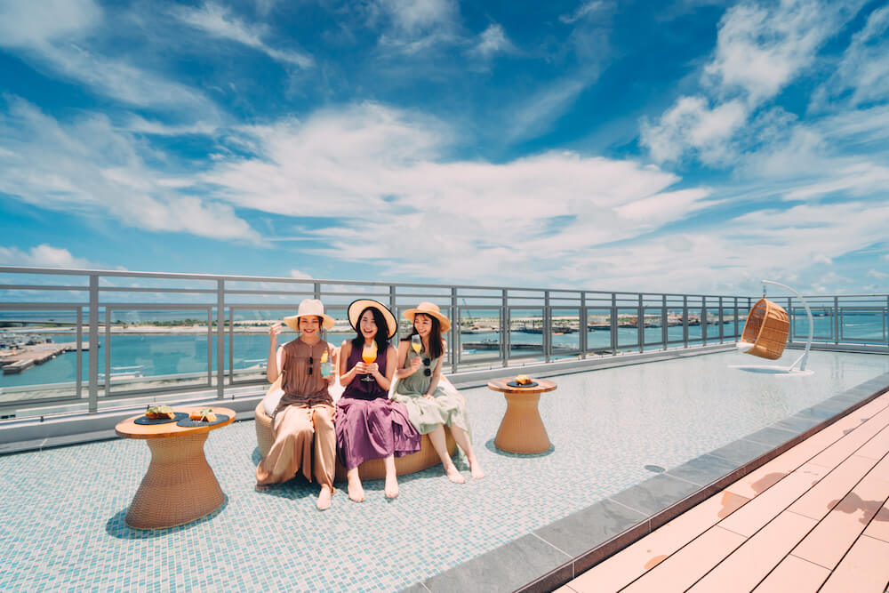 THIRD石垣島にいる三人の女性の写真
