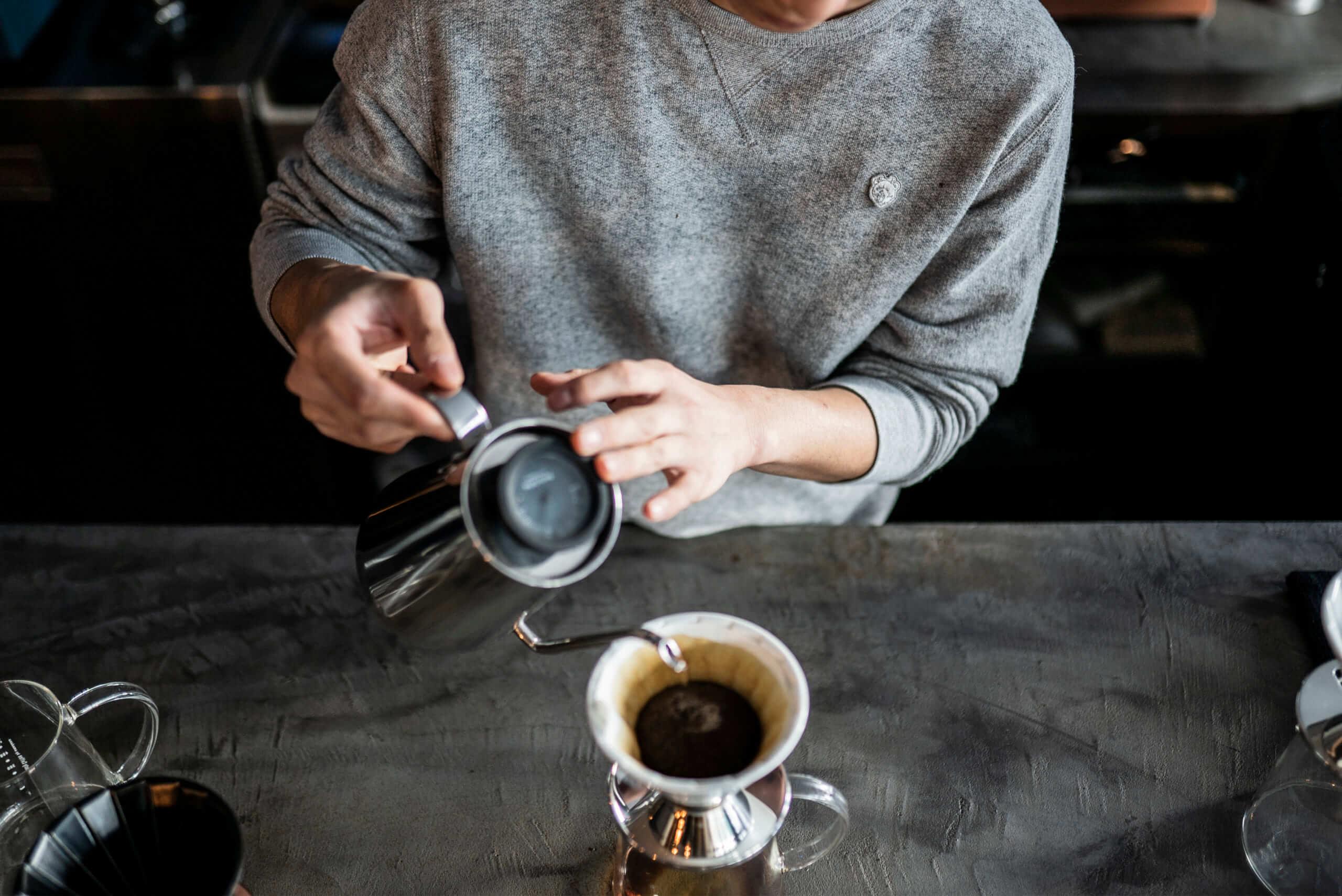Beasty Coffee [cafe laboratory](ビースティーコーヒー カフェラボラトリー)の店員さんの手元