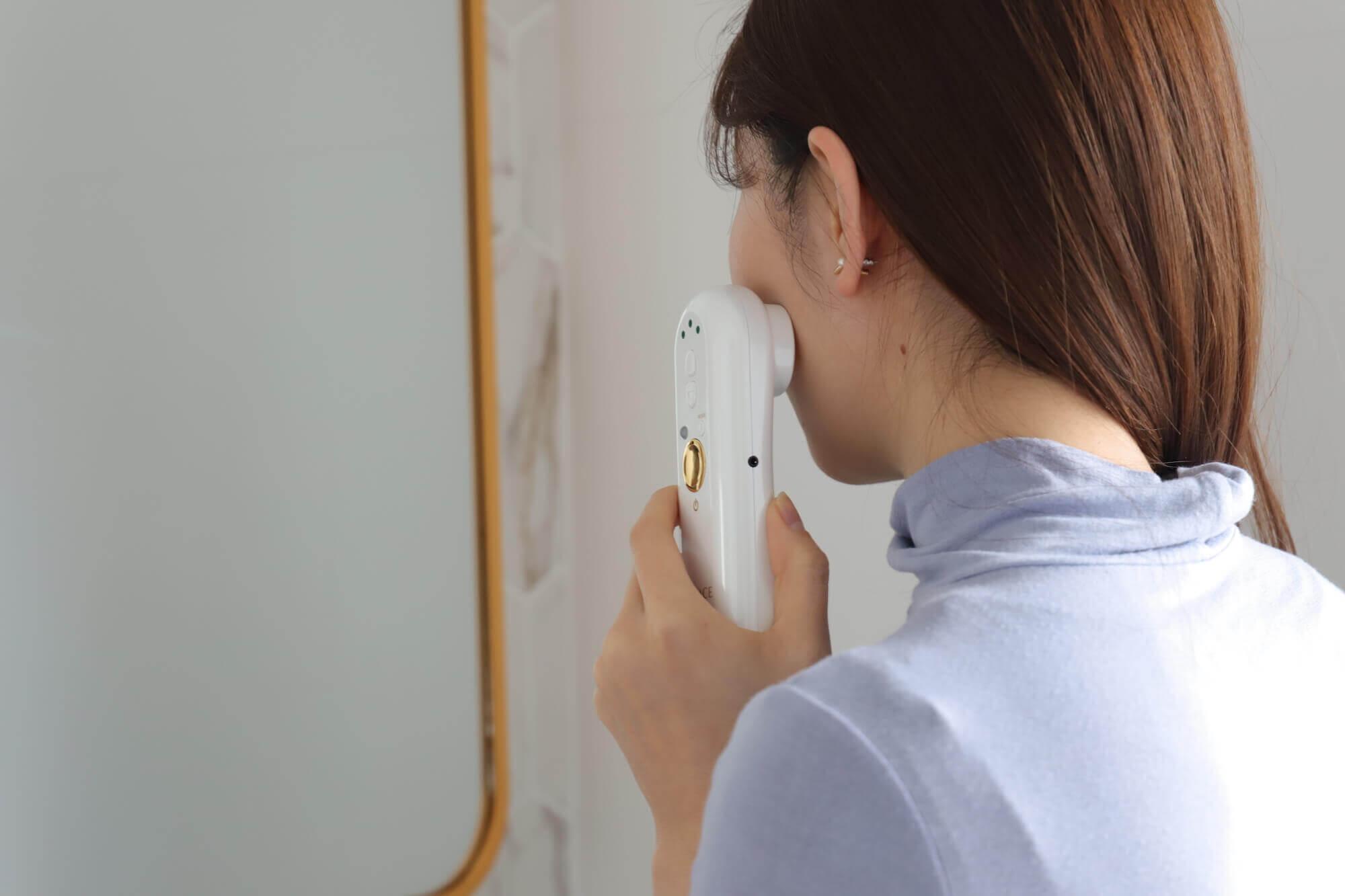家庭用美顔器「ELFACE(エルフェイス)」を使用している女性
