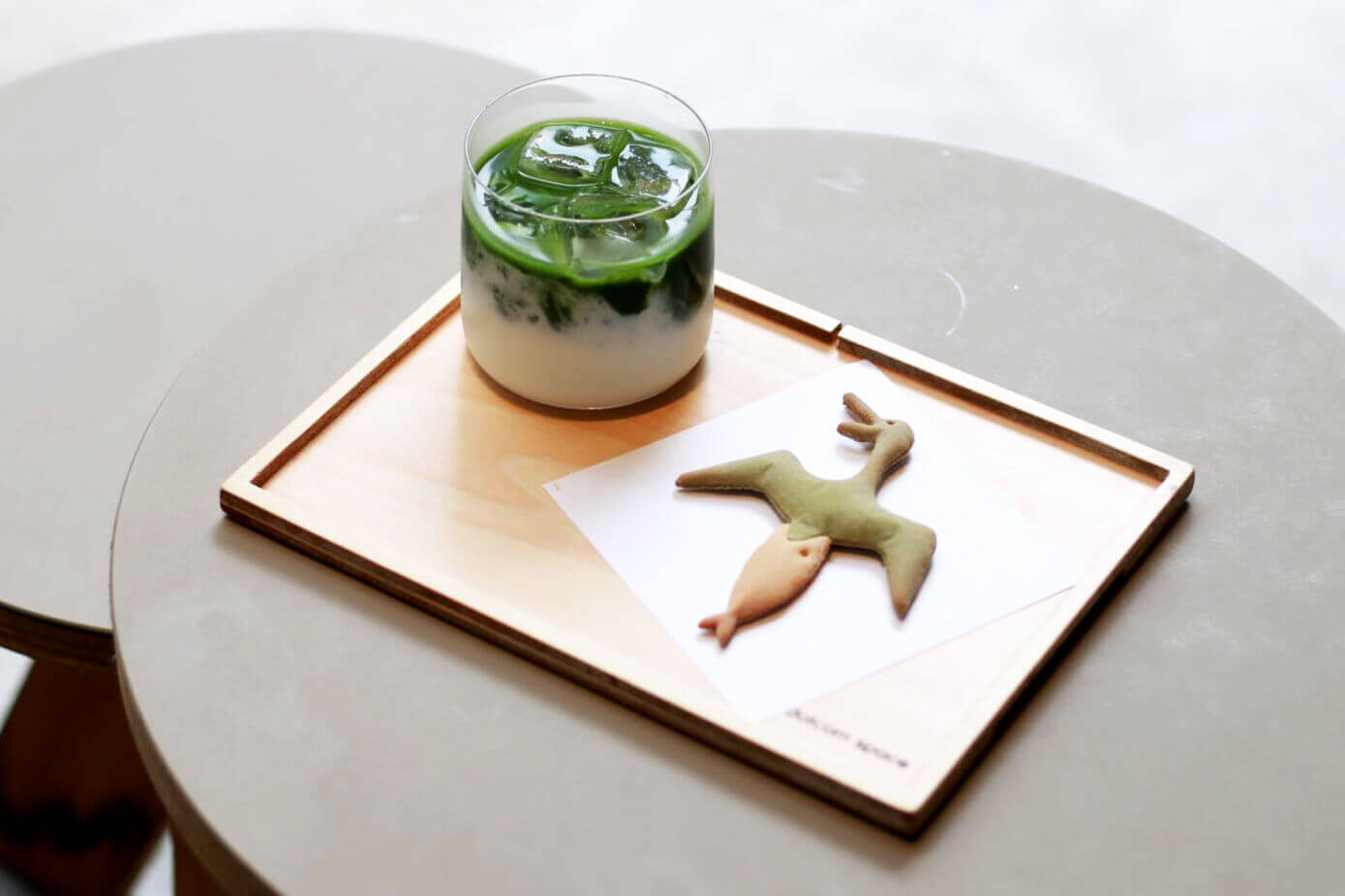 dotcom space Tokyoの抹茶ラテ×下剋上鮎/¥935(税込み)