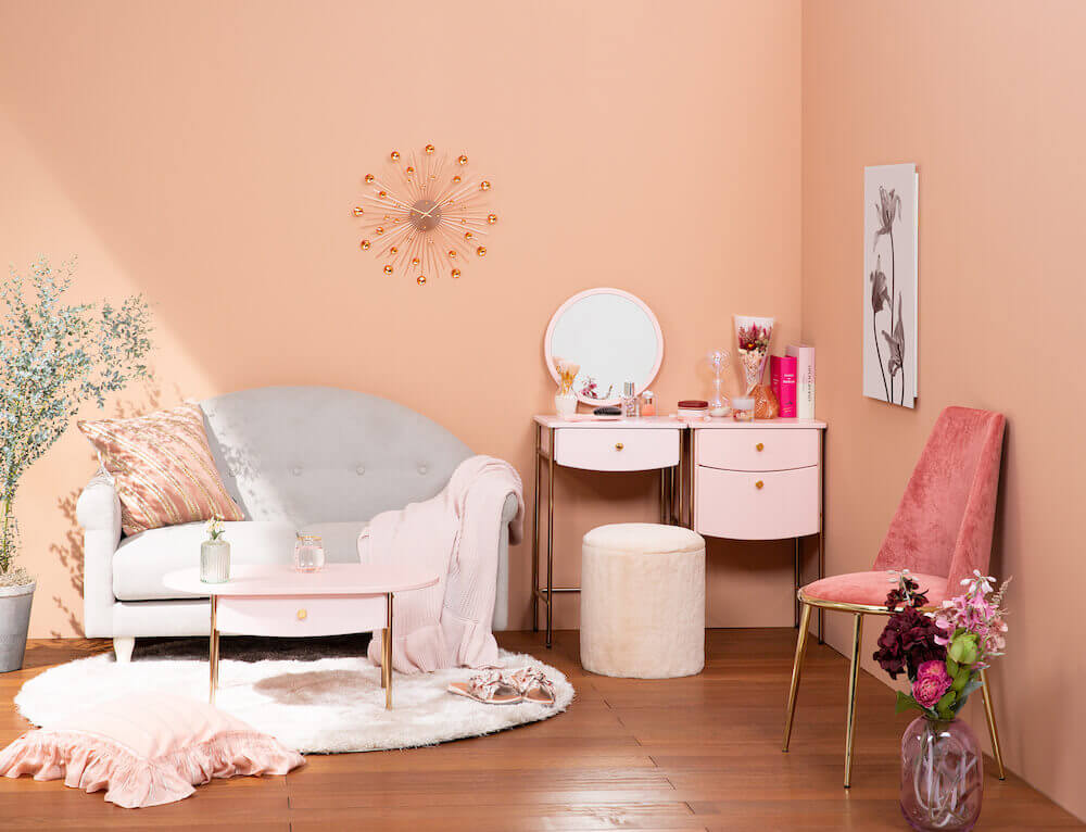 コリーヌ ソファ グレー/¥49,000、プティ コーヒーテーブル ピンク/¥19,800、カステ ラウンドラグ ライトベージュ/¥20,000、フェリシテ チェア ピンク/¥29,000(すべて税込み)