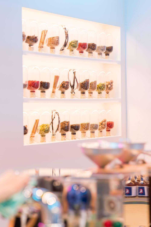 伊良(いよし)コーラ渋谷の店内のスパイス