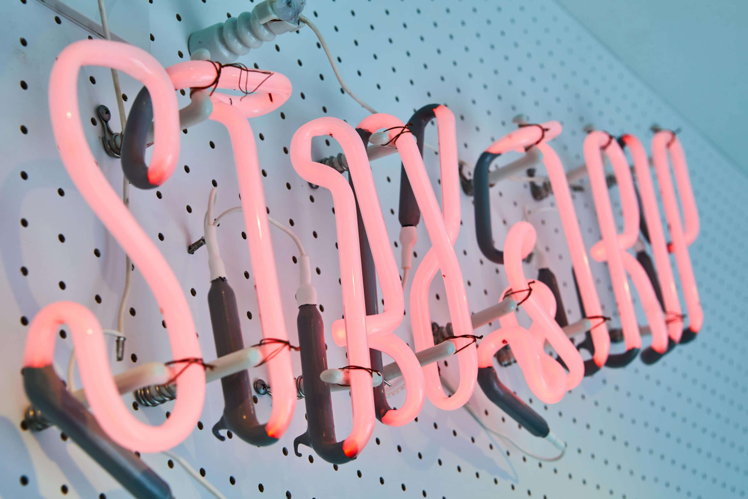 The Holiday LOUNGE(ザ ホリデイ ラウンジ)の店内のネオンサイン
