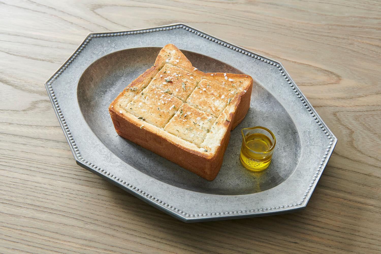 「プルミエメ(PREMIER MAI)」極厚鉄板オリーブオイルトースト/¥1,200(税込み)