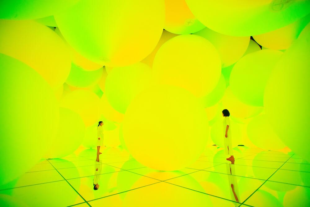 チームラボプラネッツの意思を持ち変容する空間、広がる立体的存在−平面化する3色と曖昧な9色、自由浮遊