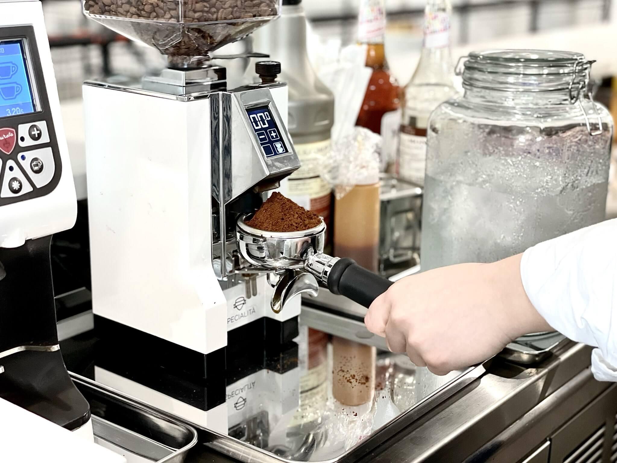 soko station 146のコーヒー豆を挽いているところ