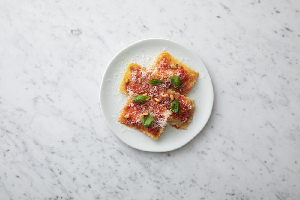 """イタリア産フレッシュチーズ""""ブッラータ""""のラビオリ トマトソース"""