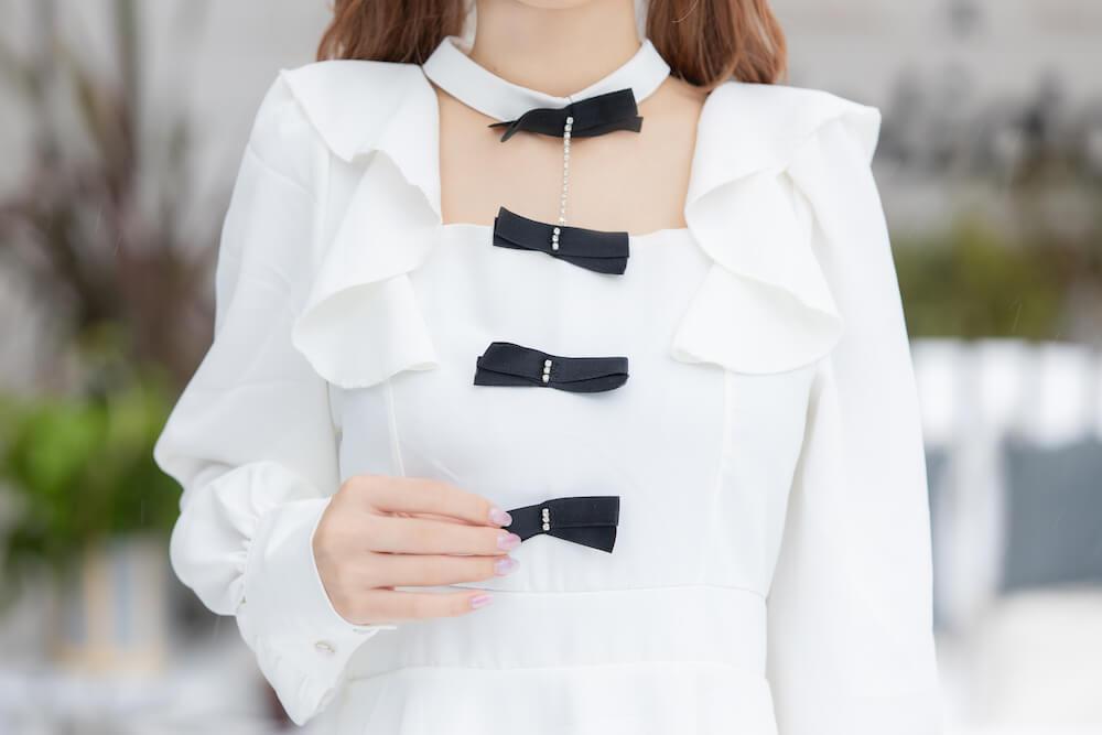 胸元リボン付きバルーンスリーブフレアワンピース 約¥6,000 / Kaitlyn