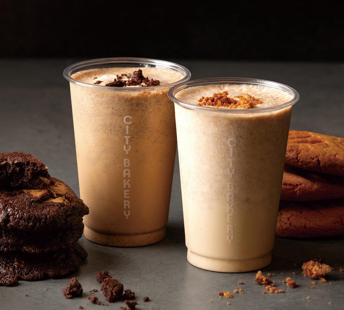 左から CB クッキーシェイクW チョコエスプレッソ/¥748、CB クッキーシェイク ピーナッツバニラ/¥693(ともに税込み)