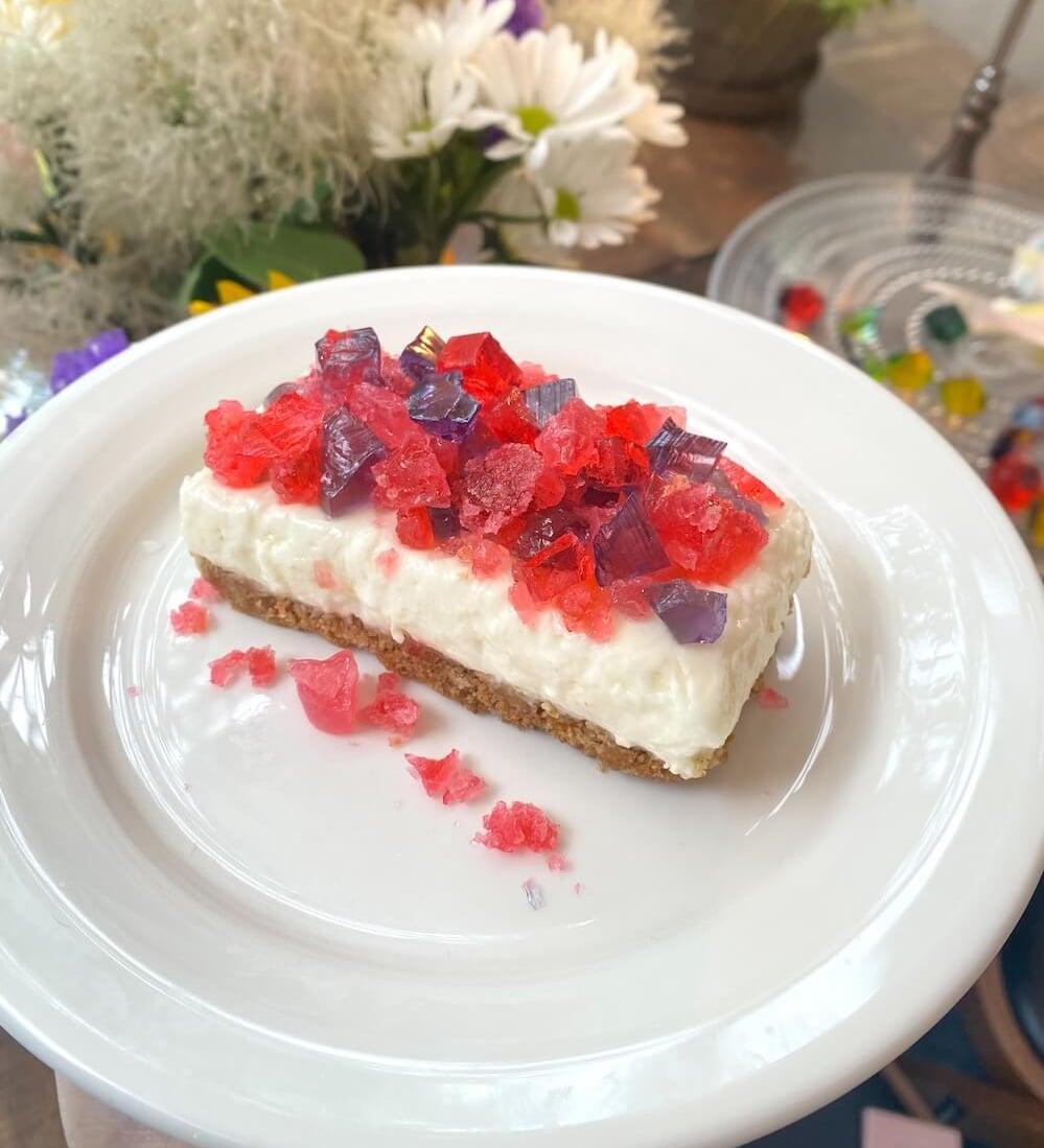 表参道「Cafe de Lapis(カフェドラピス)」 のLapis Birth Stone Cake(ラピス バースストーン ケーキ)/¥700(税込み)